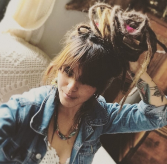 Blogger  Johanna Mercuriana - Bajista y cantante.