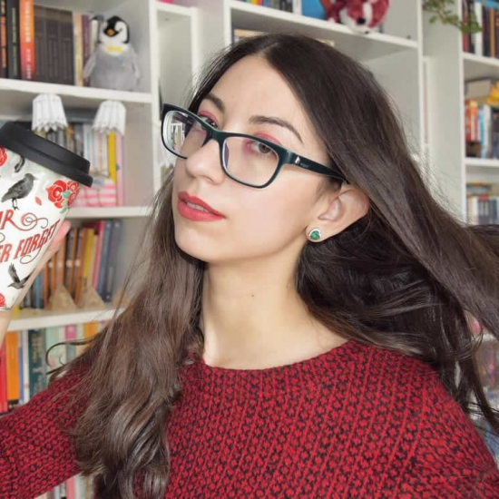 Adela Cacovean - Vlogger of book, Beauty and Cats.